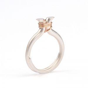 DE OMHELZING zilveren ring met een draadje roodgoud