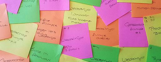Post-its met ideeën voor een contentkalender
